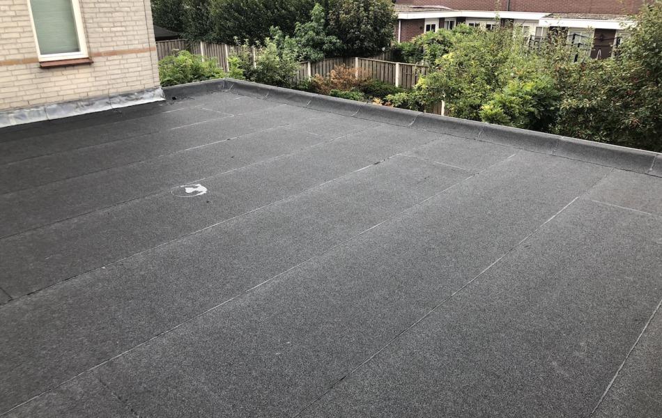 Renovatie plat dak door dakdekker bitumen