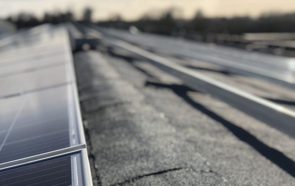 Dakdekker voor plaatsing zonnepanelen in Wijchen