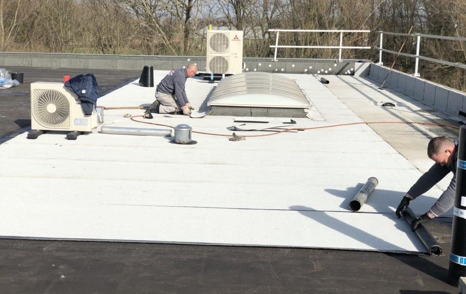 Dakdekkers uit wijchen renoveert dak van bedrijfspand van Axitraxi in Malden