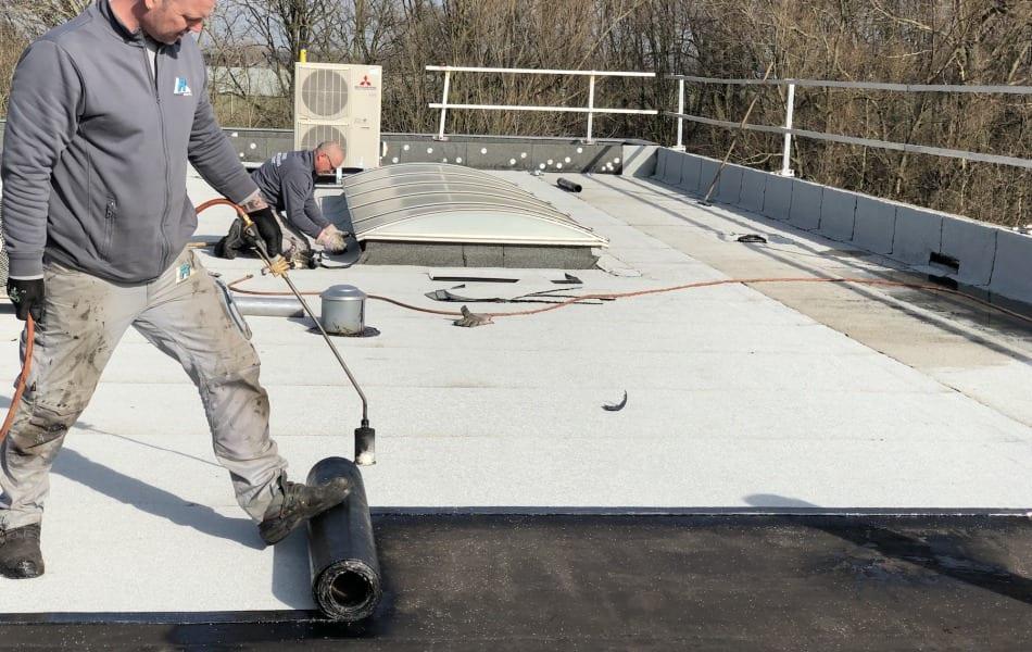 Dakdekkersbedrijf uit wijchen renoveert dak van Axitraxi in Malden dakbedekking