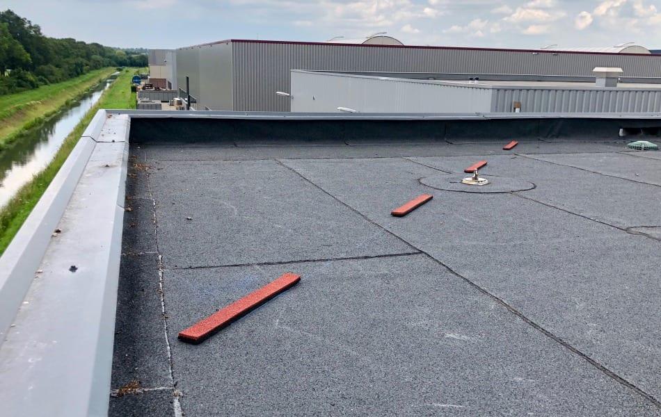 Aanbrengen dakmarkering door dakdekkersbedrijf Nijmegen
